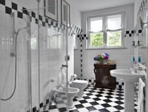 Modernt badrum i svart och vitt
